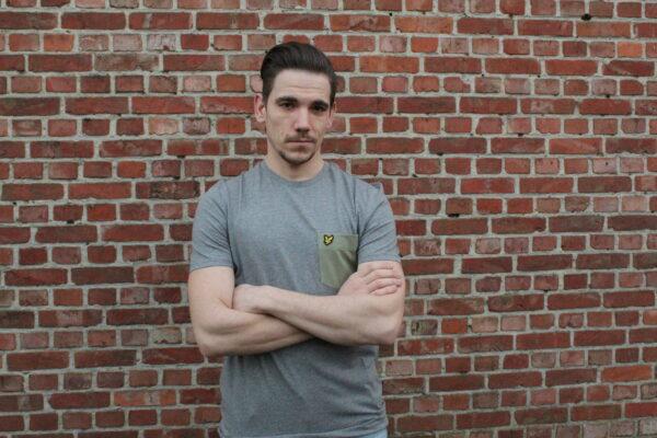 webshop, lyle en scott, ik koop lokaal, leuke mannenkledij, grijze shirt, groen borstzakje